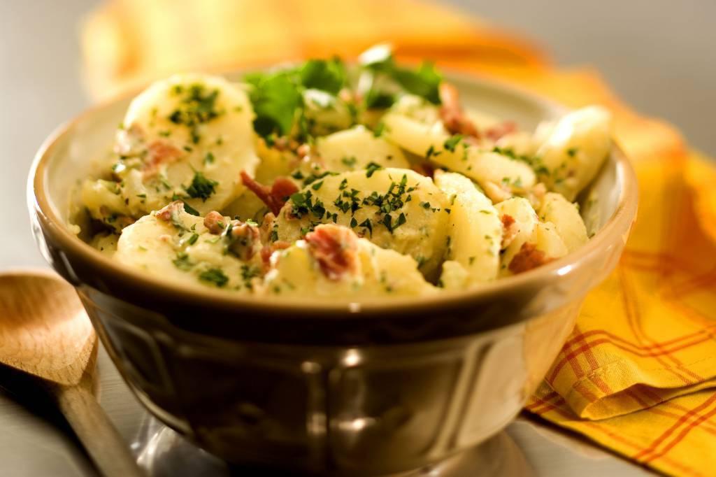 Insalata di patate alla greca, fresca e saporita da portare in tavola