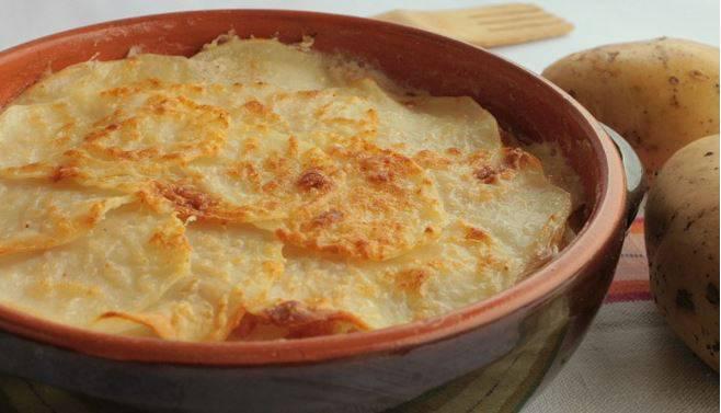 Patate filanti al forno, un contorno semplice, buono e super veloce da preparare