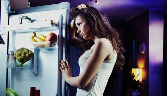 Spuntini di mezzanotte: cosa mangiare di notte senza mettere peso
