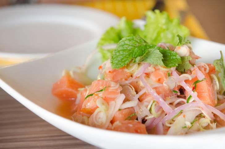 Insalata di salmone al pepe verde