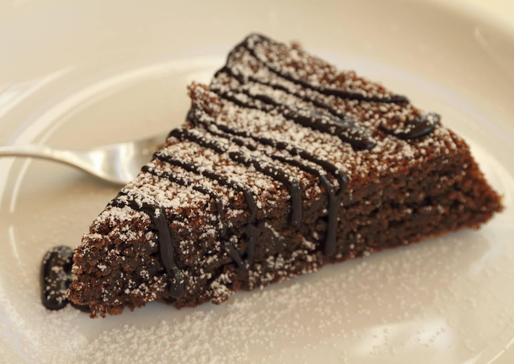 Torta caprese al cioccolato senza burro, la ricetta leggera e golosa