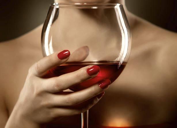 Il Vino Accentua le Rughe, il Latte le Occhiaie: Effetti dell'Alimentazione