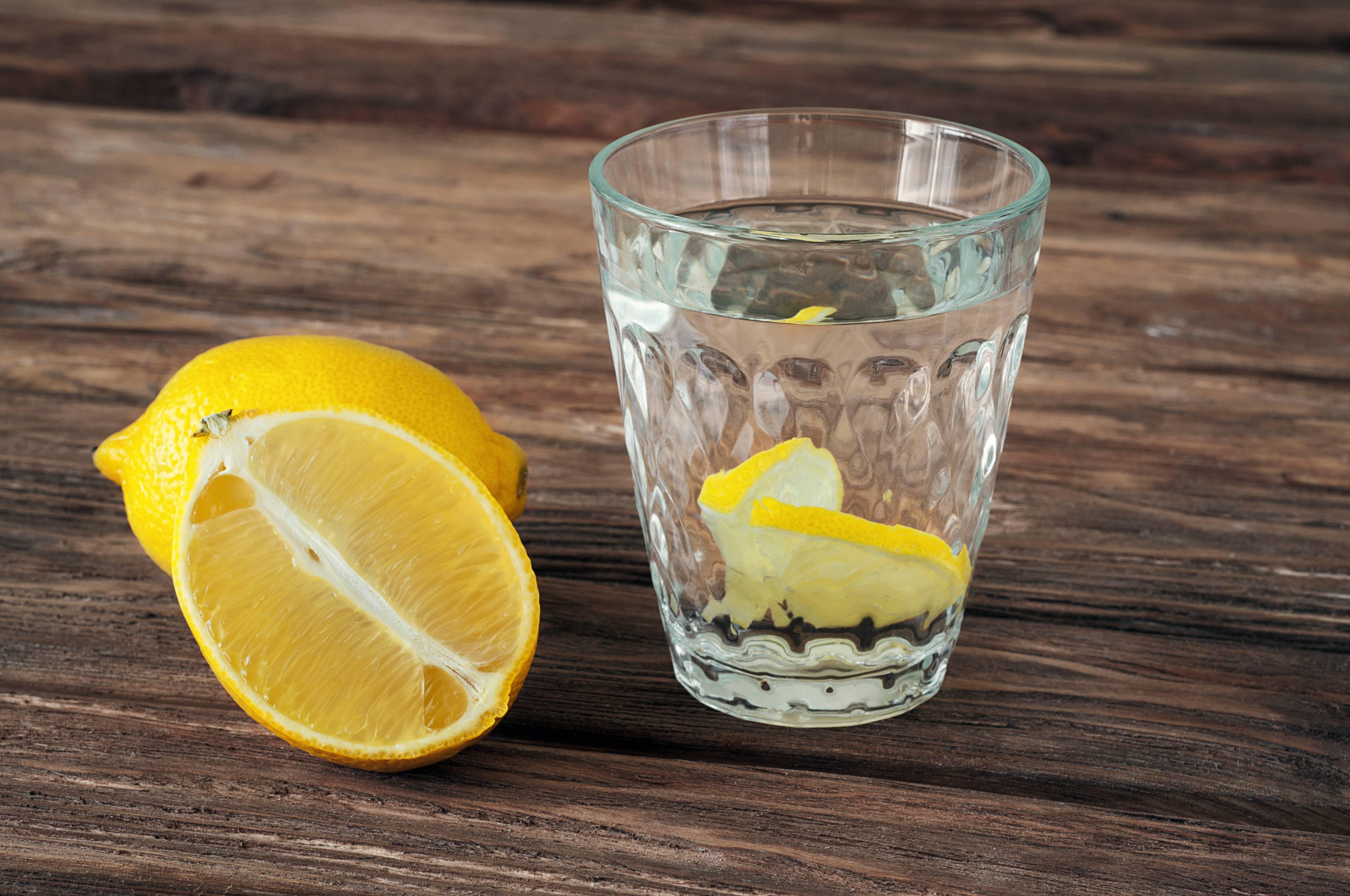 Sciroppo di limone fatto in casa, una bevanda golosa ricca di vitamina C