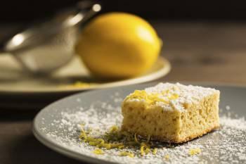Zitronenkuchen mit Puderzucker
