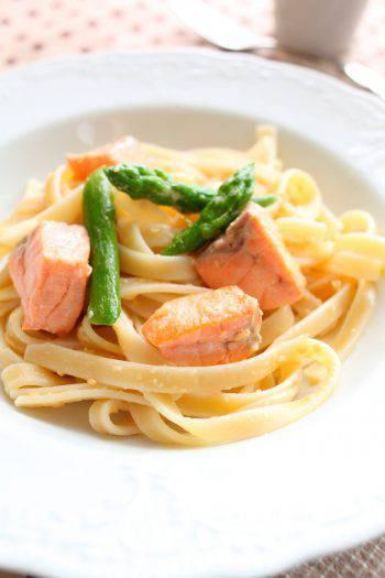 tagliatelle con punte di asparagi e salmone