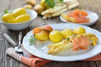 Rotolini di salmone e asparagi