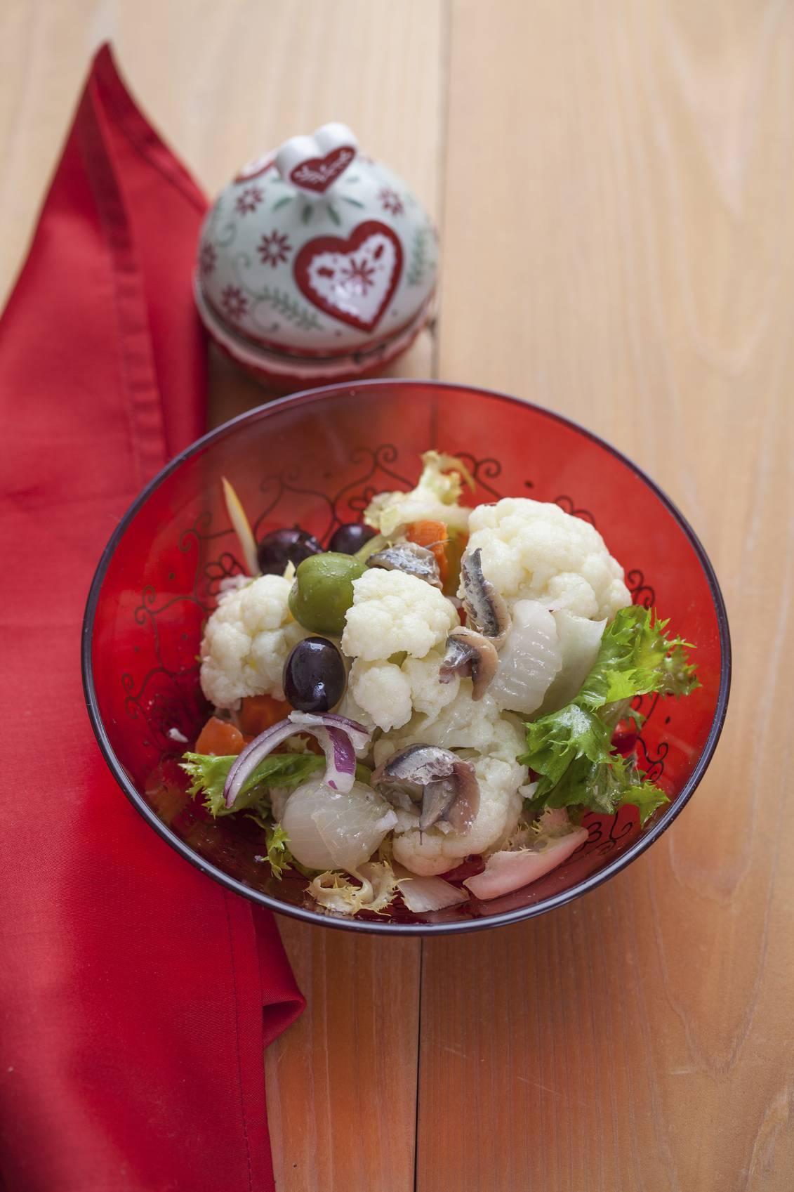 Cavolfiore in padella con olive e acciughe, un piatto ricco e gustoso