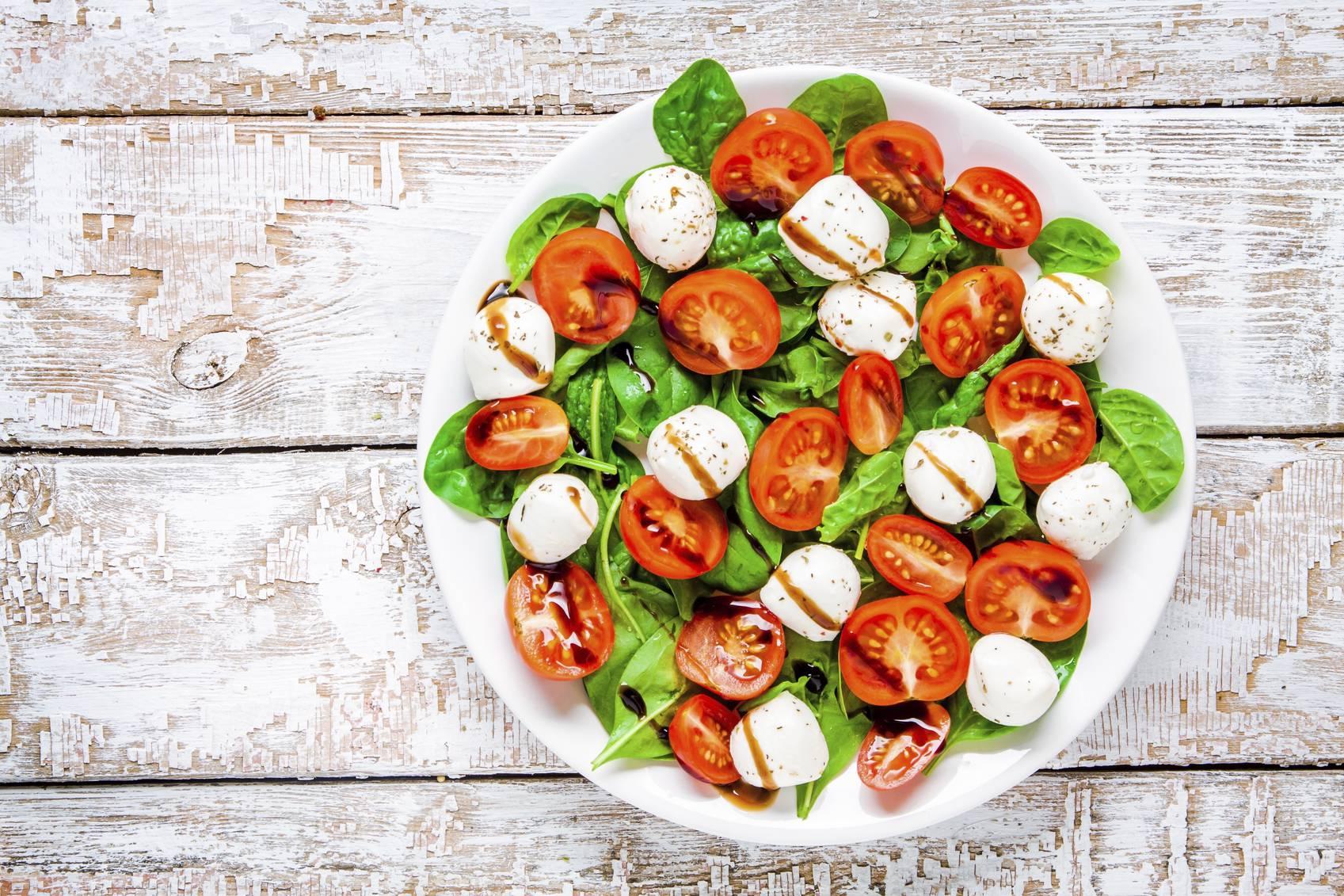 Insalata di pomodori, mozzarella e basilico, per un pranzo leggero e fresco