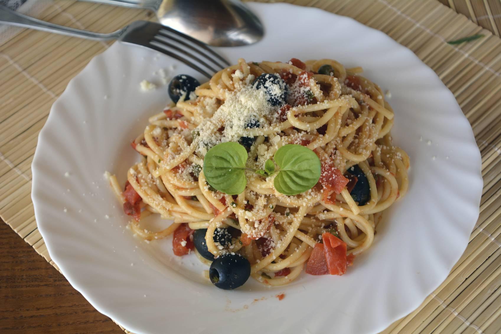 Pasta con tonno e olive nere, un piatto veloce e semplice da preparare