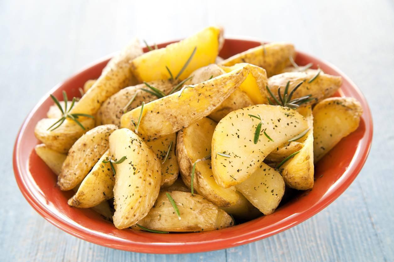 Patate al forno con la buccia, la ricetta per un contorno gustoso e veloce