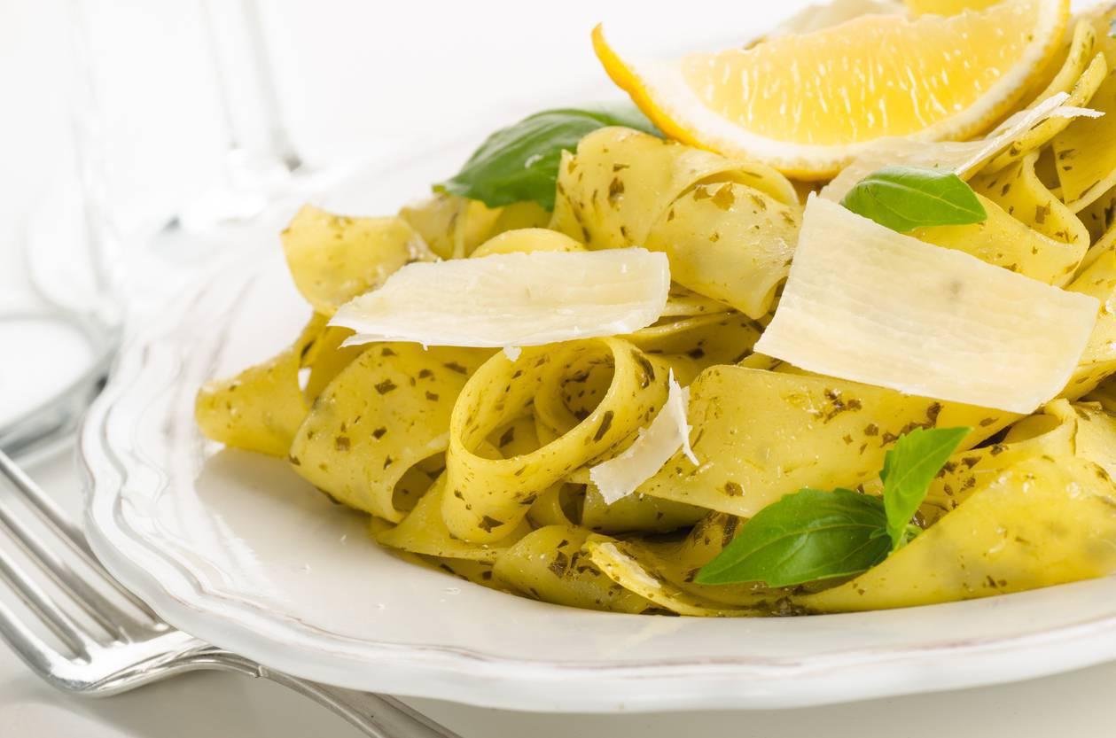 Tagliatelle con zucchine e limone, un piatto estivo davvero irresistibile