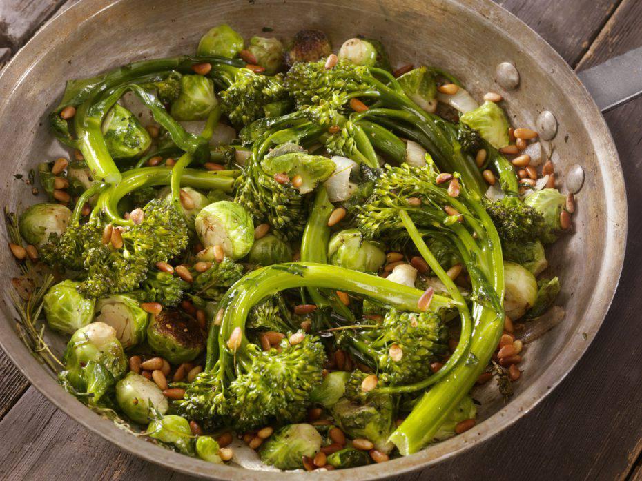 insalata di broccoli con noci e cipolle