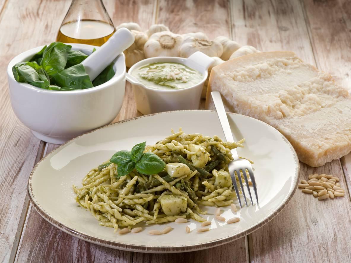 Trofie al pesto alla genovese, un piatto cremoso con semplici ingredienti