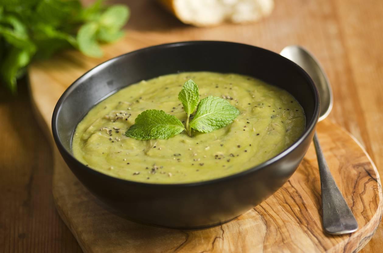 Vellutata di piselli e spinaci, un piatto leggero e sano da servire
