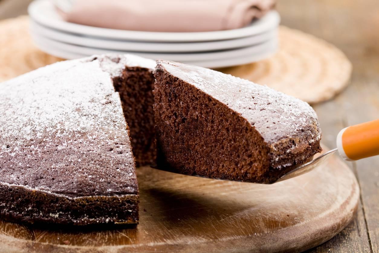 Torta al latte caldo al cacao, ecco il segreto per un dolce alto e soffice