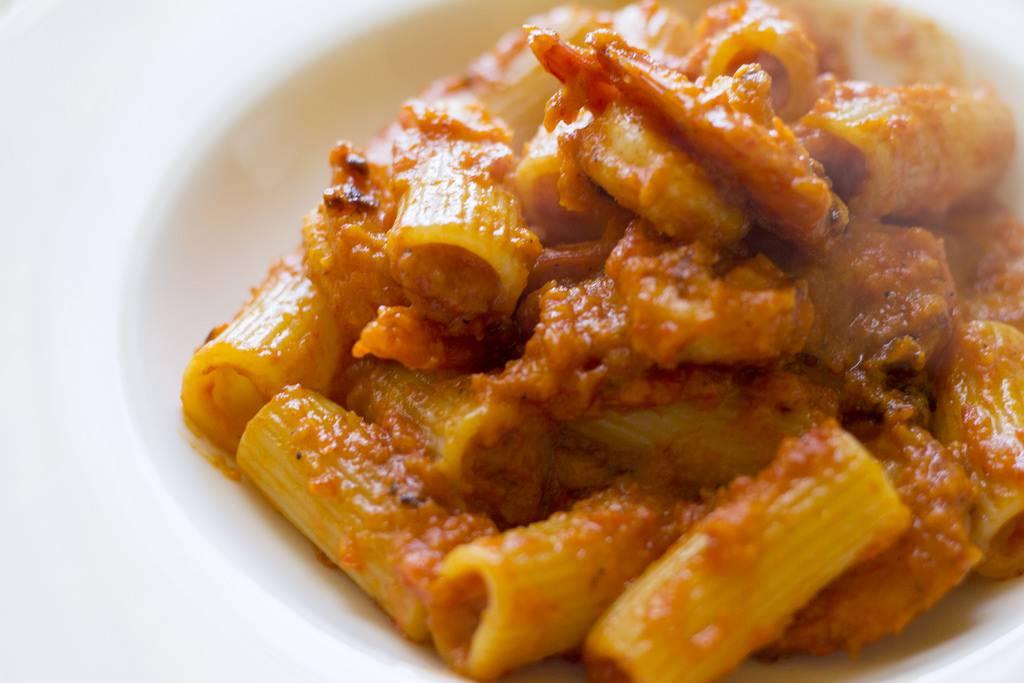 Rigatoni peperoni e tonno, un piatto cremoso e saporito in pochi minuti