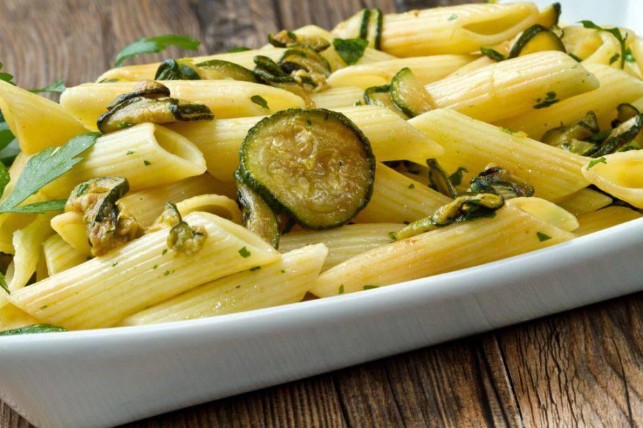 Pasta fredda con pesto e zucchine
