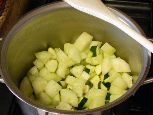 Zucchine e patate in padella, un contorno ricco e saporito da servire