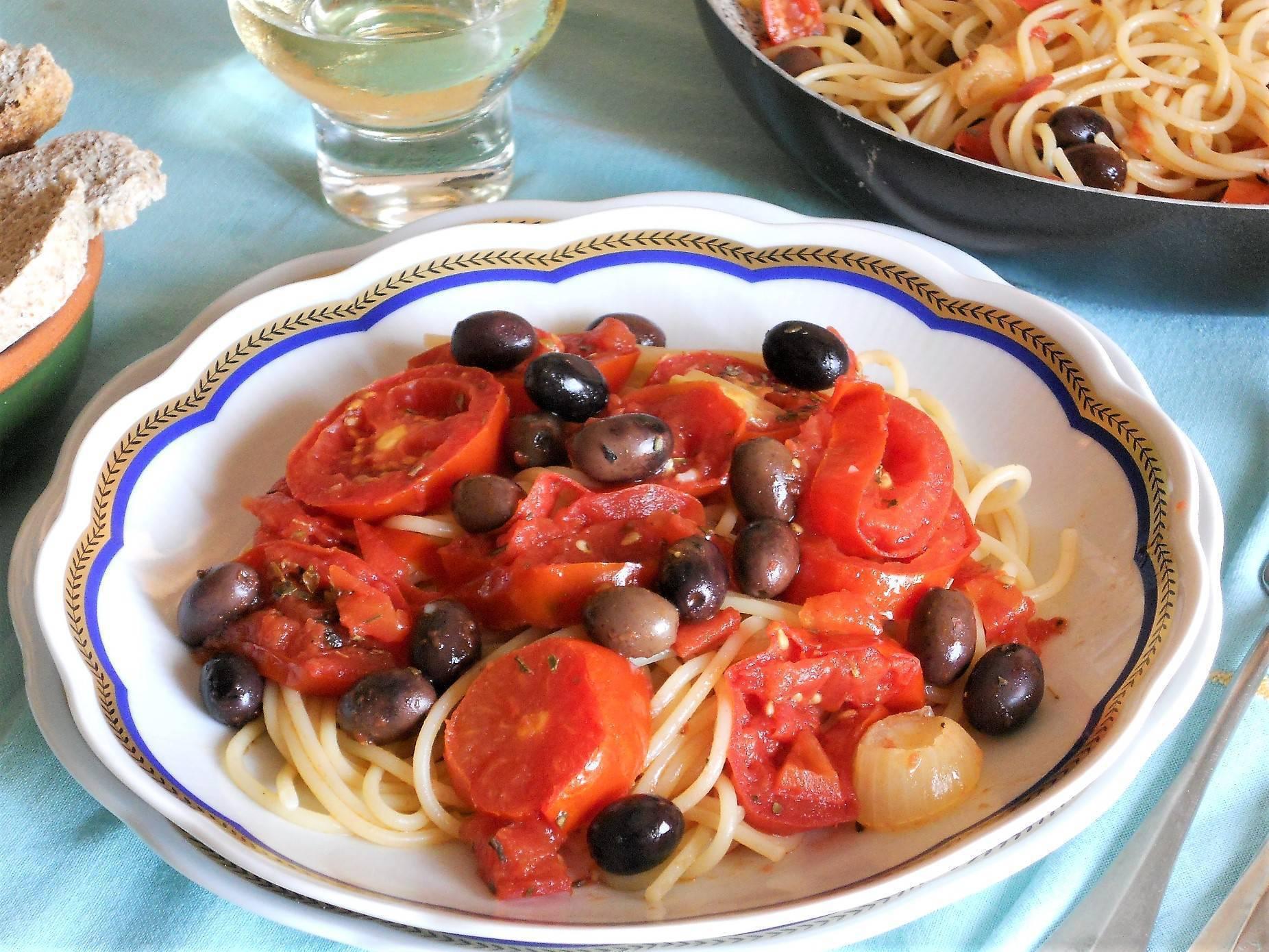 Spaghetti con rondelle di pomodori e cipollotti