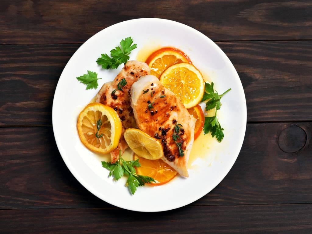 Petto di pollo all'arancia, la ricetta per un piatto leggero e veloce
