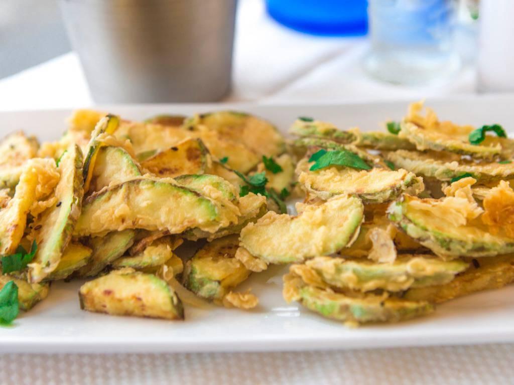 Zucchine in padella con salvia e aglio, croccanti e gustosissime
