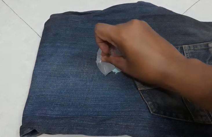 Come rimuovere il chewing gum attaccato ai pantaloni