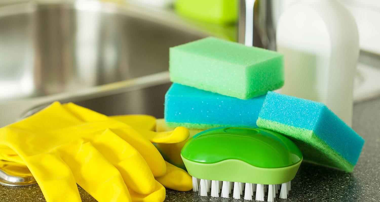 Pulisce la cucina con un prodotto tossico e muore