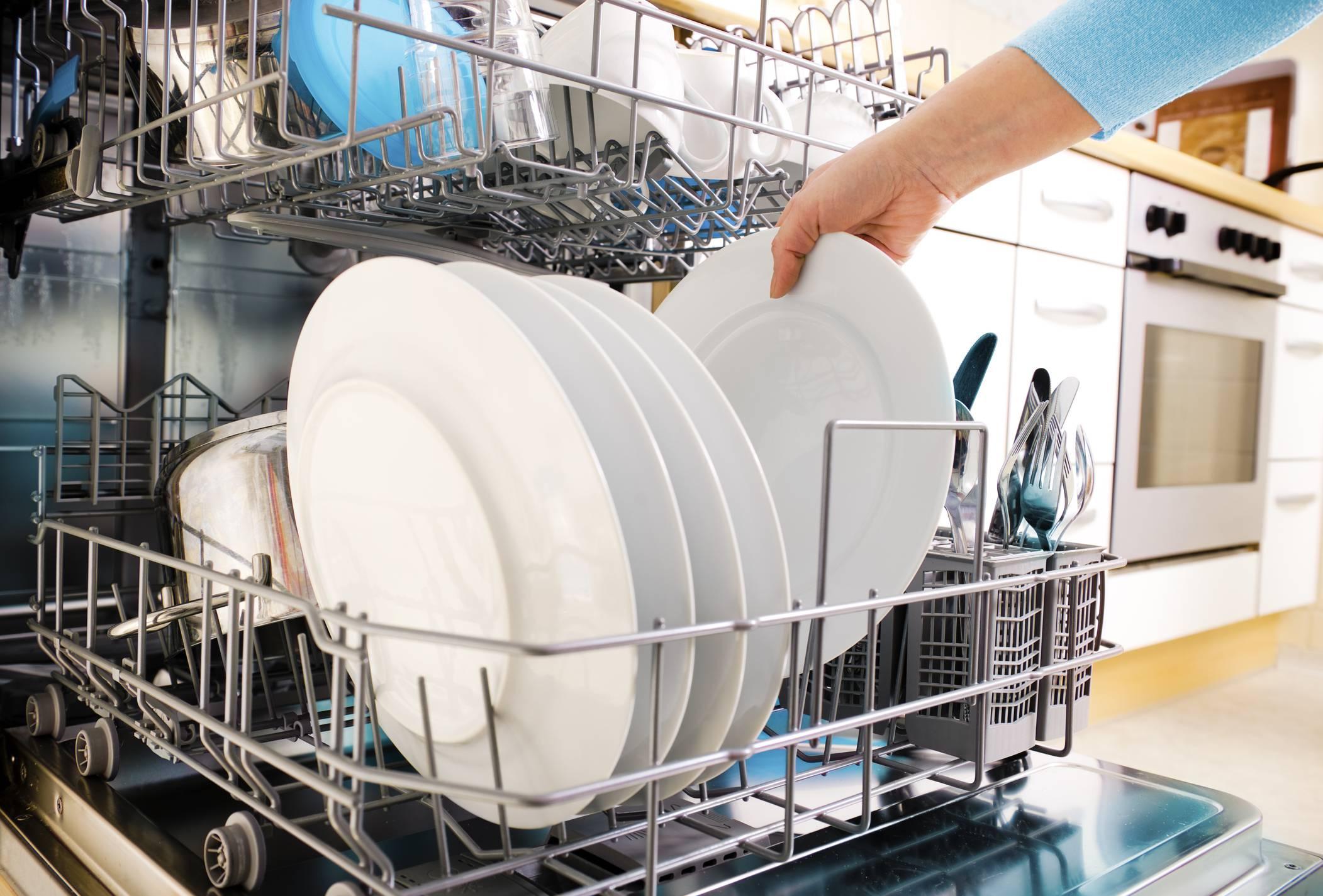 Disinfettare la lavastoviglie con aceto e limone