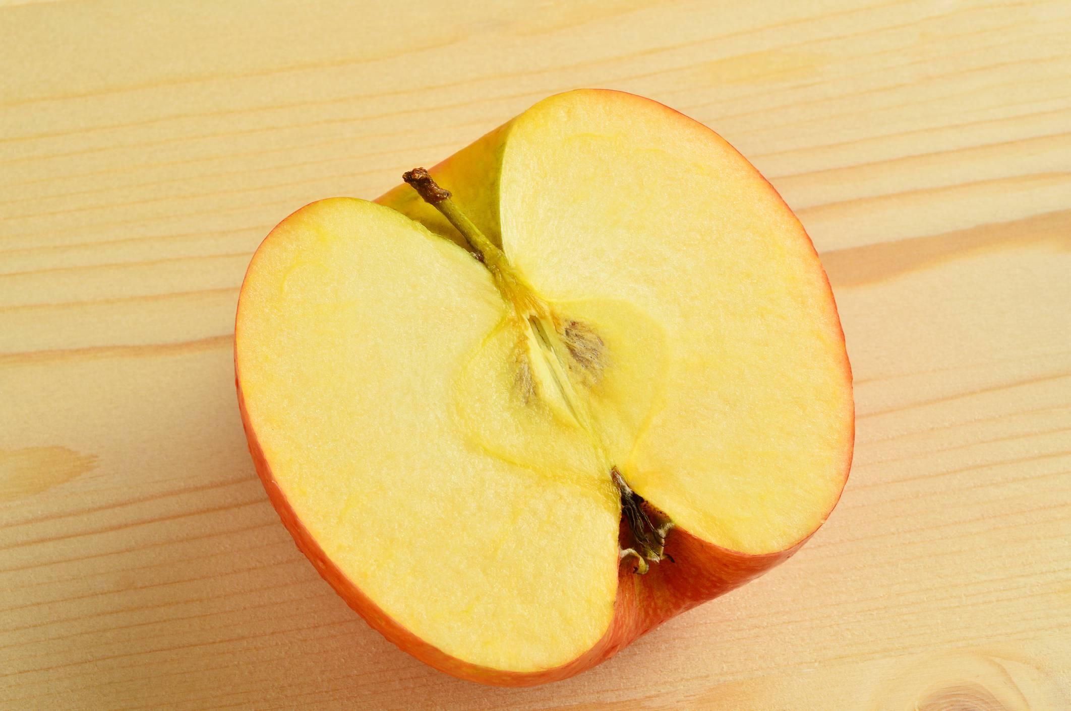 Mezza mela per eliminare il cattivo odore dal frigo