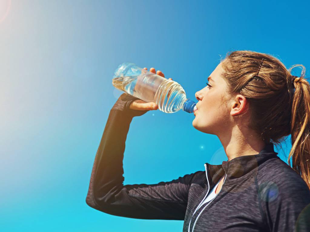 Ecco cosa si rischia quando si beve troppa acqua