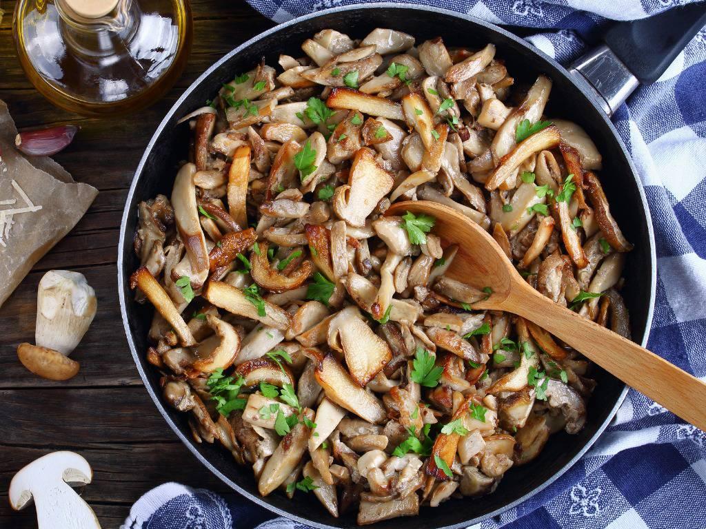 Funghi e cipolle in padella, un contorno ricco e saporito da servire