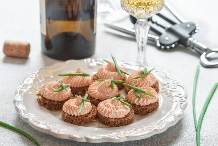 Antipasti di Natale: come preparare le tartine di segale con mousse al salmone