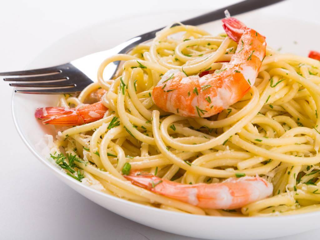 Pasta con gamberi e olive, un piatto di mare pronto in poco tempo