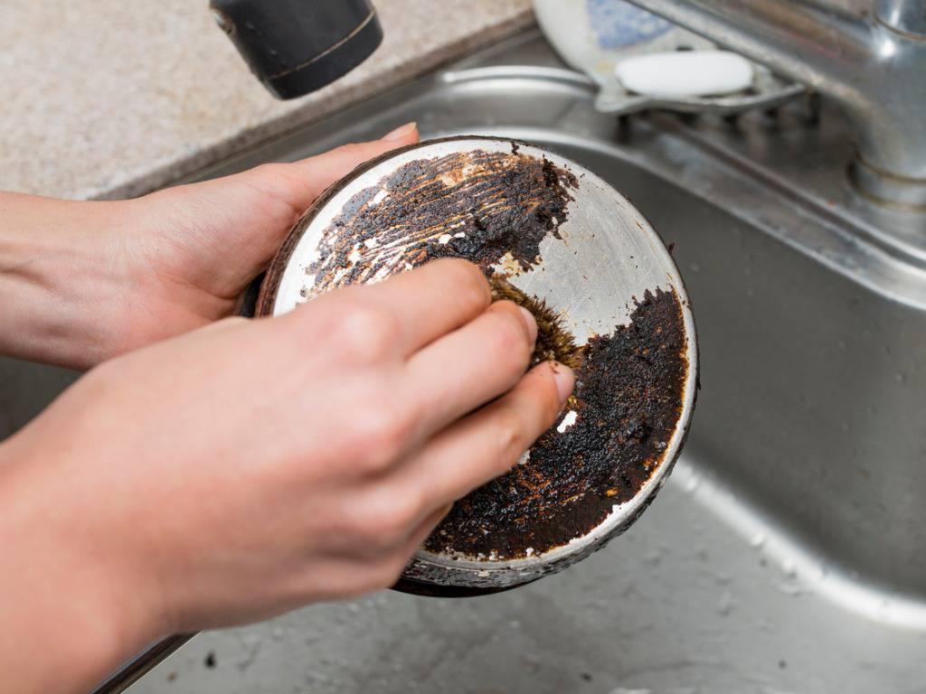 Come pulire una pentola bruciata: ecco il rimedio naturale