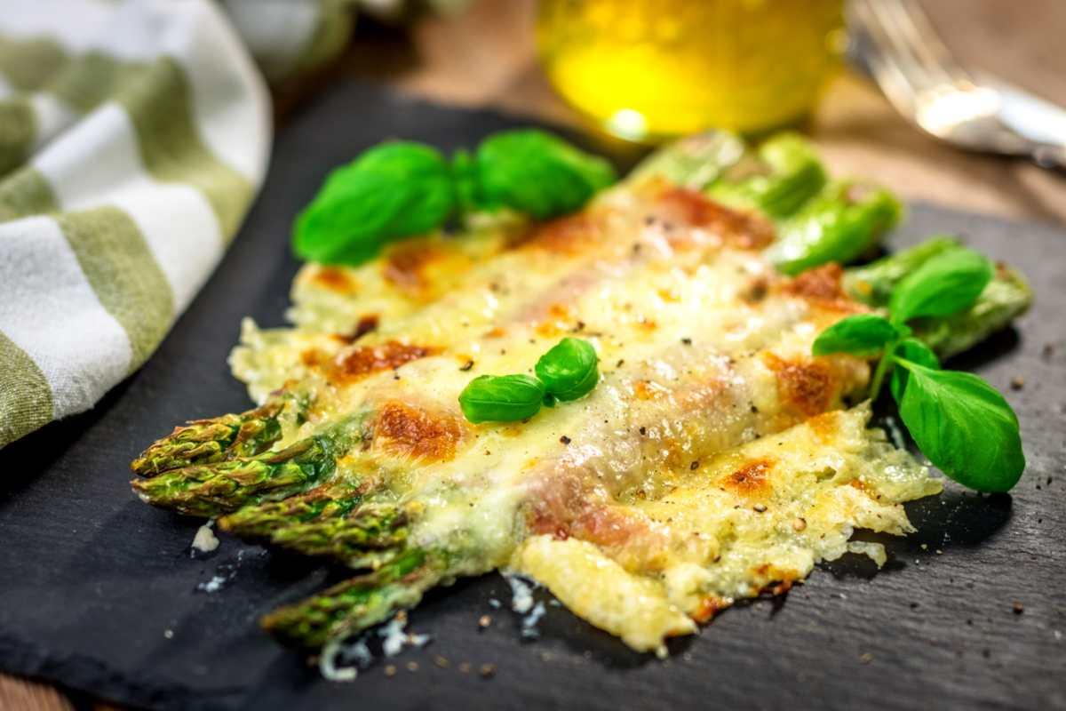 Asparagi gratinati, un contorno nutriente e gustoso perfetto per tutti i secondi piatti
