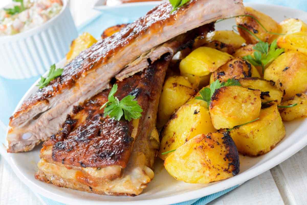 Costine al forno con patate, un piatto di carne molto saporito e facile da preparare