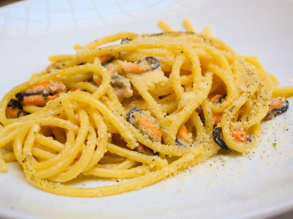 spaghetti con cozze e crema di patate