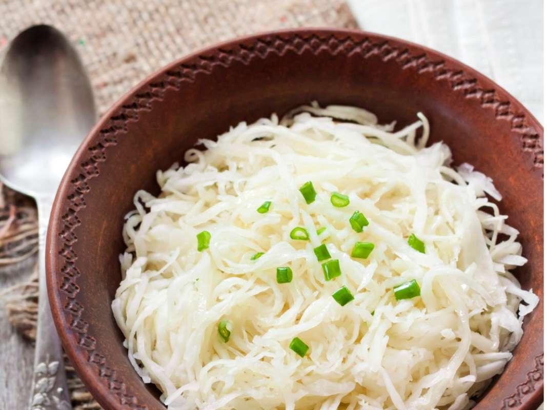 Cavolo bianco stufato, la ricetta semplice e veloce per un contorno ricco e saporito