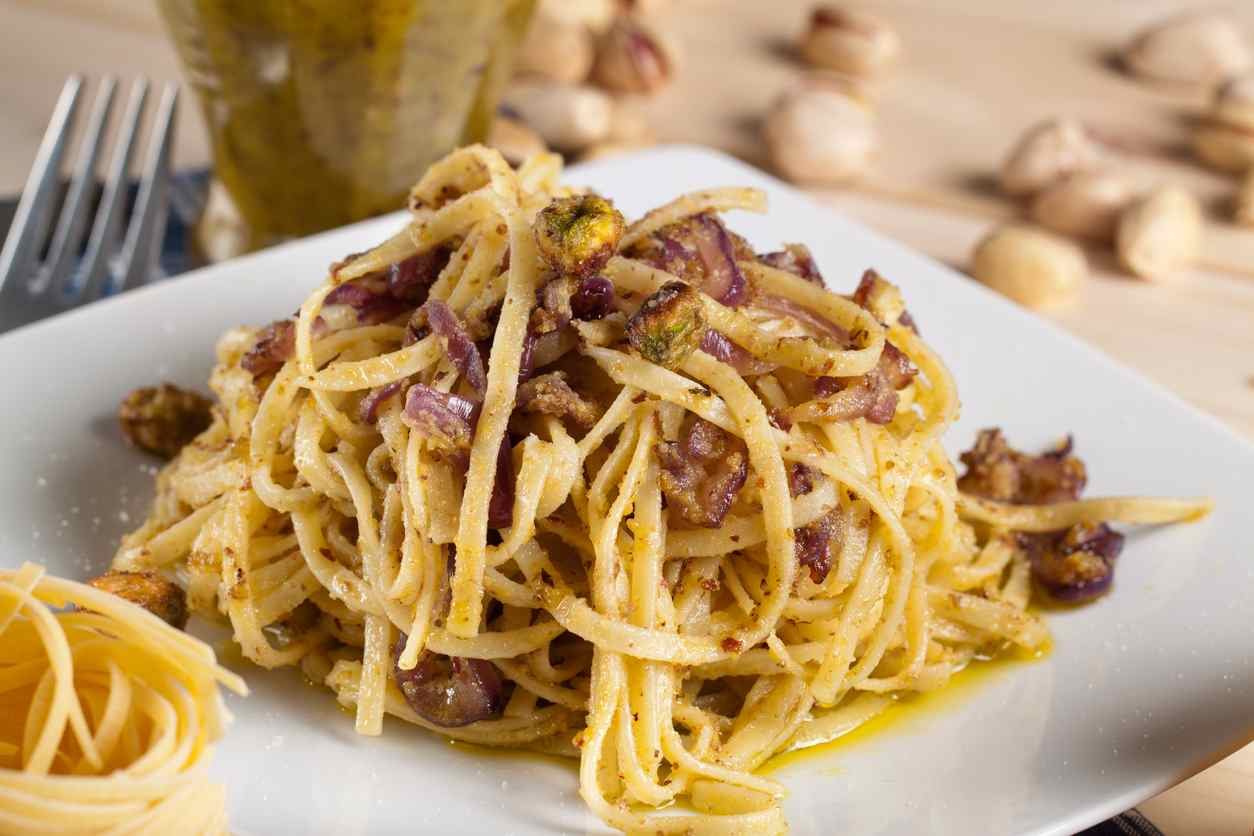 Carbonara al pistacchio, un primo piatto semplice e molto saporito da servire