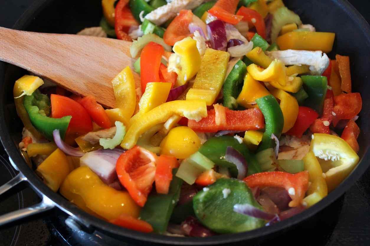 Peperoni light in padella, la ricetta per un contorno leggero e gustosissimo