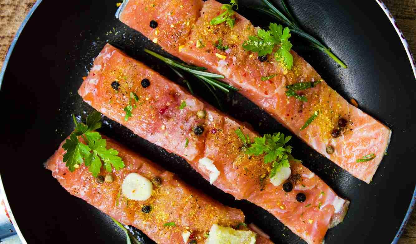 Salmone in padella con erbe aromatiche, la ricetta facile e gustosa