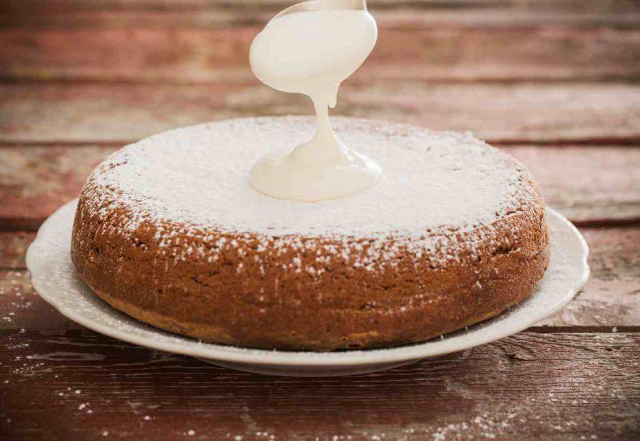 torta bianca con 12 cucchiai