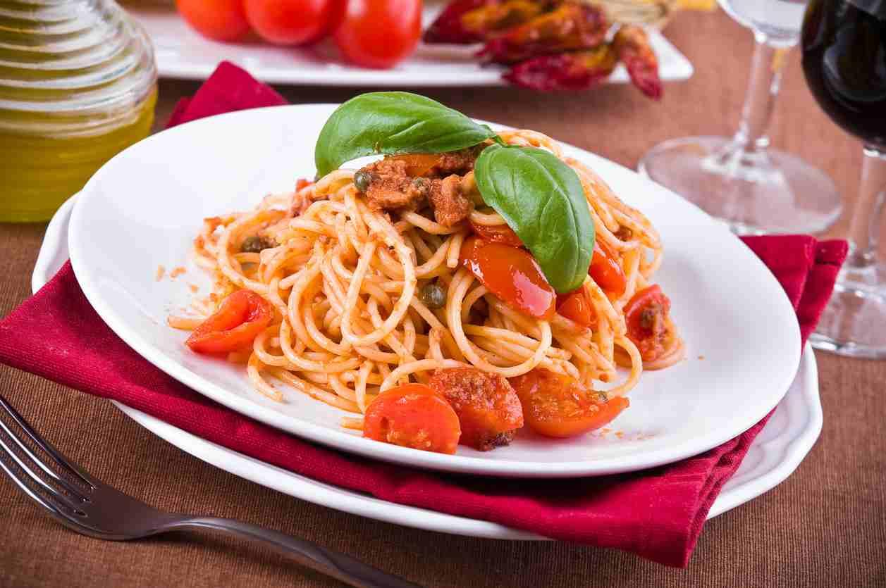 Spaghetti tonno e pomodori secchi, un piatto estivo gustosissimo