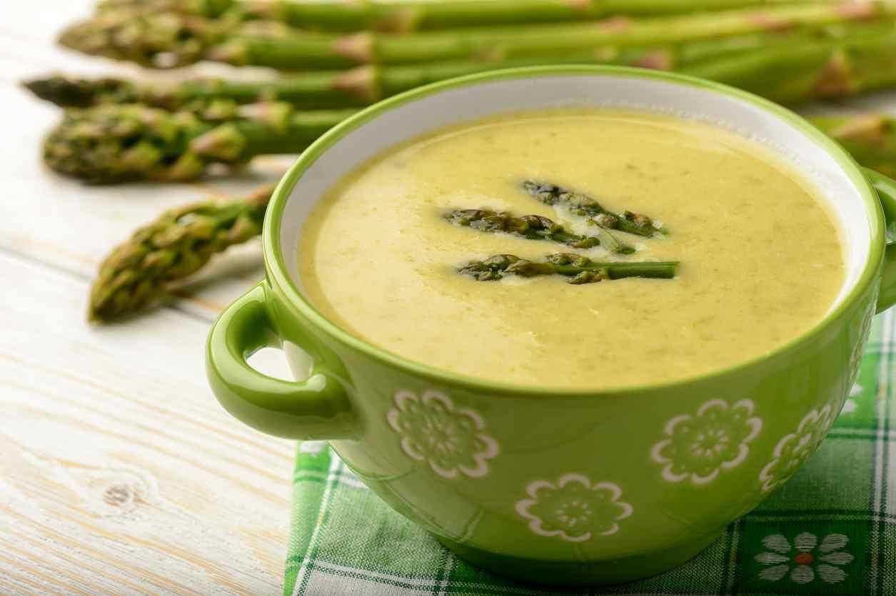 Crema di asparagi, la ricetta facile per un gustoso e ricco primo piatto