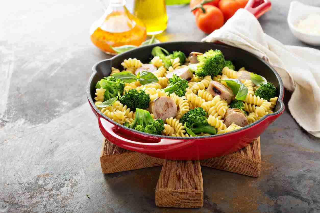 Fusilli con broccoli, prosciutto e peperoncino, un primo piatto ricco e gustoso