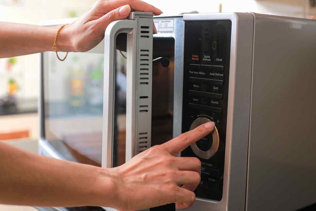 Mai cucinarlo al microonde: i batteri all'interno si moltiplicano e può diventare molto pericoloso