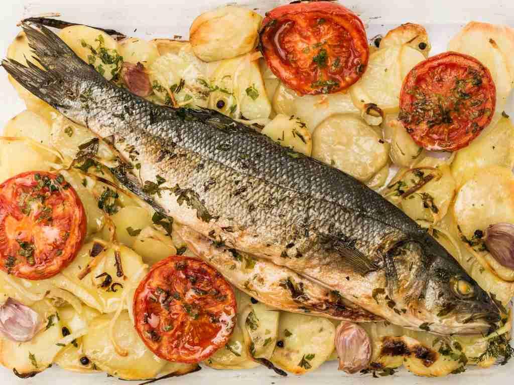 Branzino al forno, un secondo piatto di pesce ricco e molto gustoso