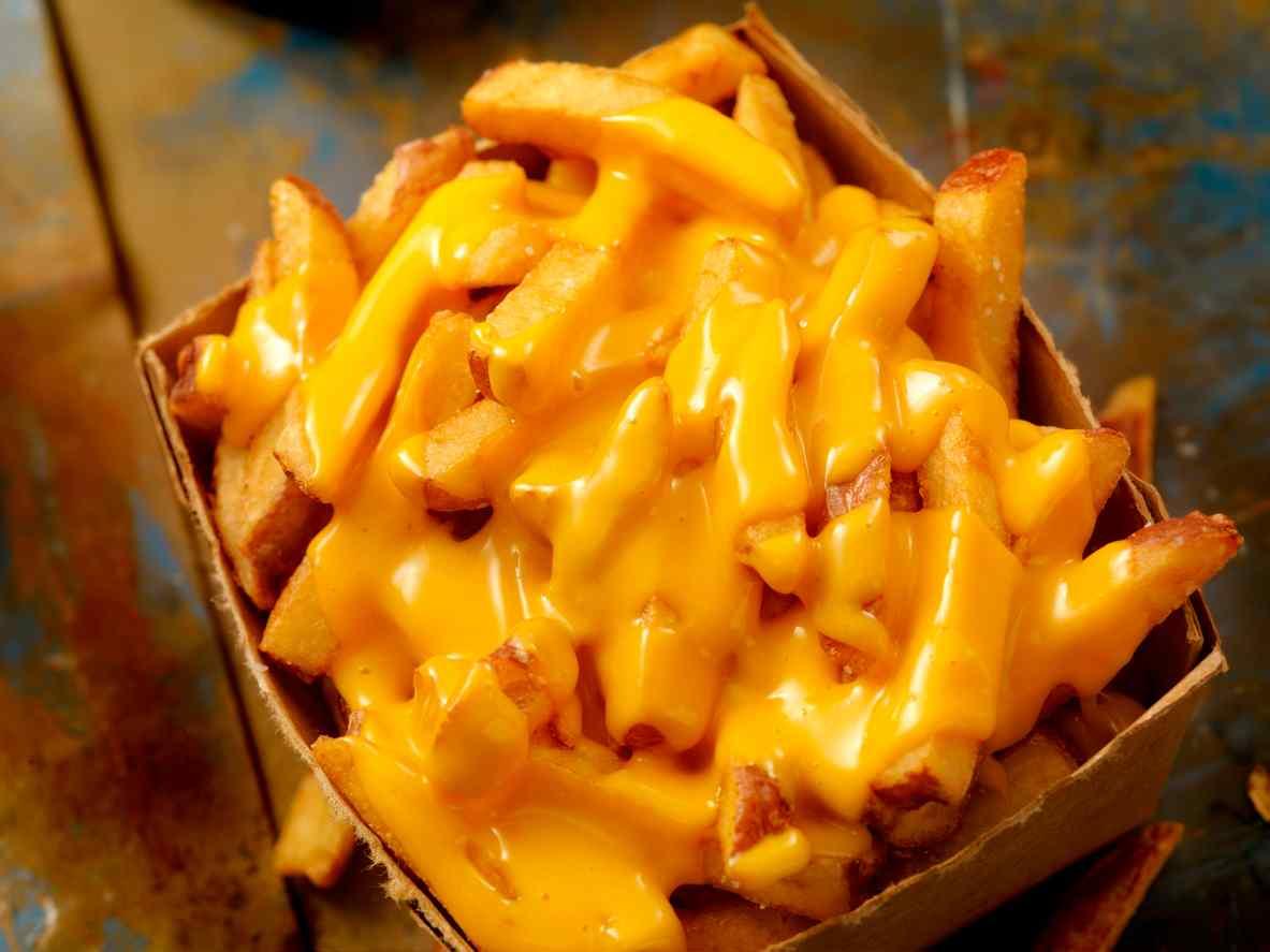 Patate fritte con fonduta di formaggio, il contorno più amato da tutti