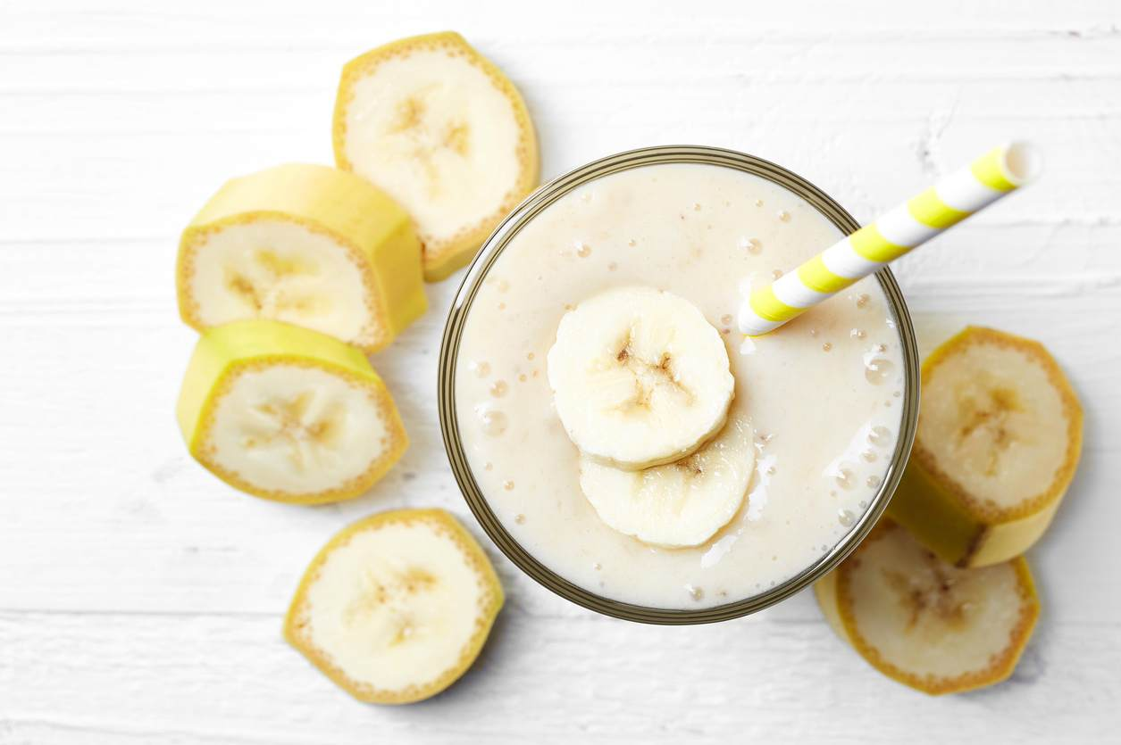 Frullato alla banana, ricco e nutriente da sostituire il pranzo o la cena