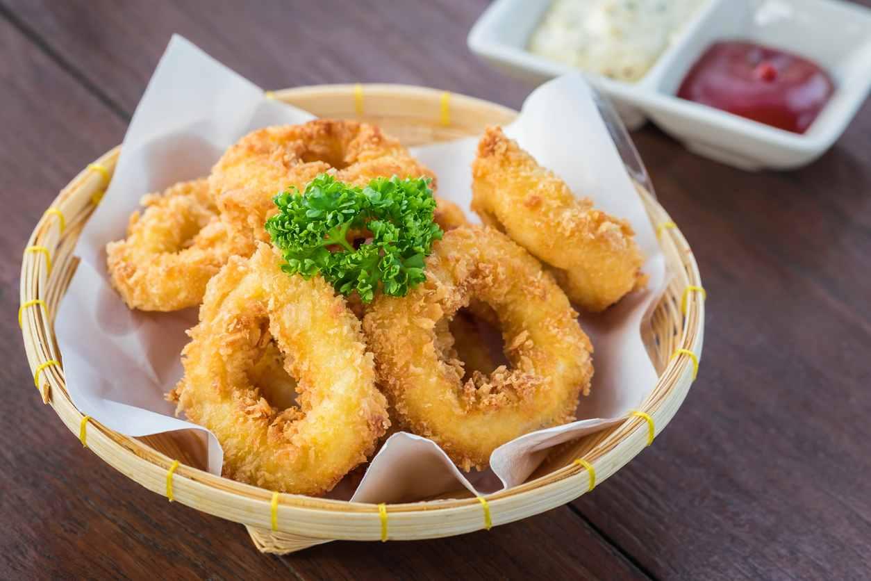 Calamari impanati al forno, un piatto di pesce leggero e saporito
